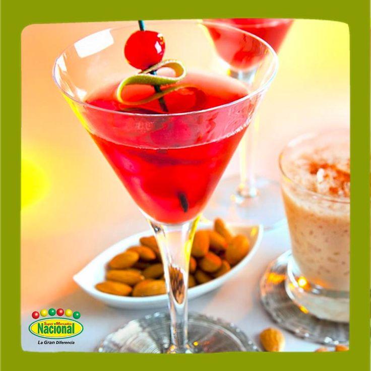 ¿Has probado el Martini de Granada? Sólo mezcla vodka, zumo de granada, jugo de piña y granadina para crear este singular Martini.