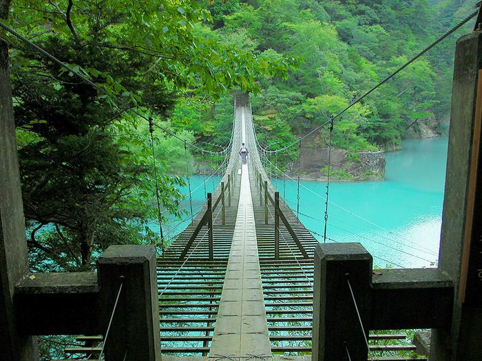 美しすぎるブルーの湖上を歩く…静岡県の夢の吊り橋