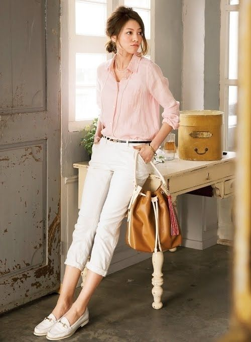 ピンクを取り入れる時は、アイテム選びも大切。  こちらのピンクのリネンシャツは、シャツでもカジュアル感が強すぎないのがうれしい♪ ナチュラルな雰囲気を演出してくれるデザインになっています。  ローファーを合わせて大人コーデにするのもおすすめ!  白パンツでキチっと見えそうですが、配色も柔らかいのでキツく見えません。 ベルトでメリハリを付けるテクなど、真似してみてはいかがでしょうか?