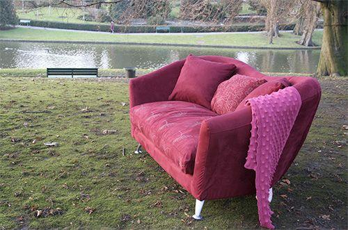 Canapé Myrrh - Canapé Lin / Suédine, avec les pieds métal, une assise sangles, et une mousse d'assise bultex et plumes. Livré avec quatre coussins d'appoint, il est déhoussable et existe en plusieurs coloris.  2 places : 180 cm x 100 cm x ht 85 cm ;  3 places : 200 cm x 100 cm x ht 85 cm.
