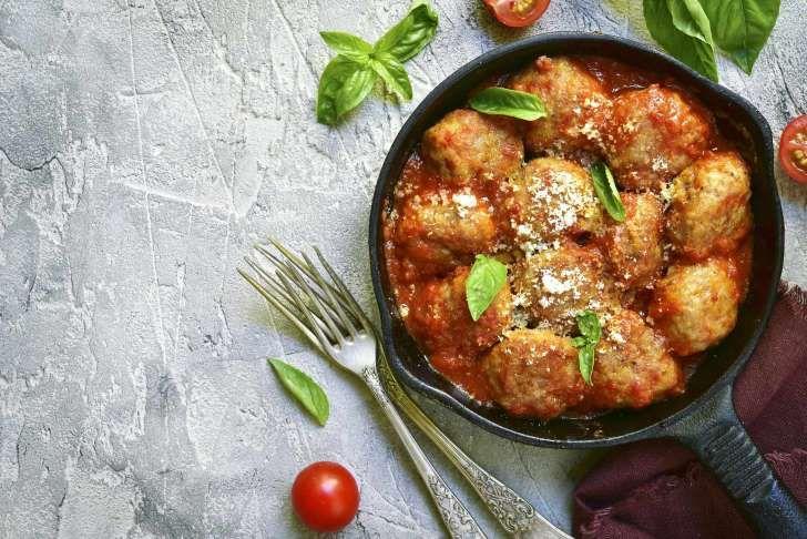 Almôndegas de frango são proteicas e low-carb; veja receita: Ao invés de consumir peito de frango grelhado, por que não transformar a carne em uma deliciosa bolinha