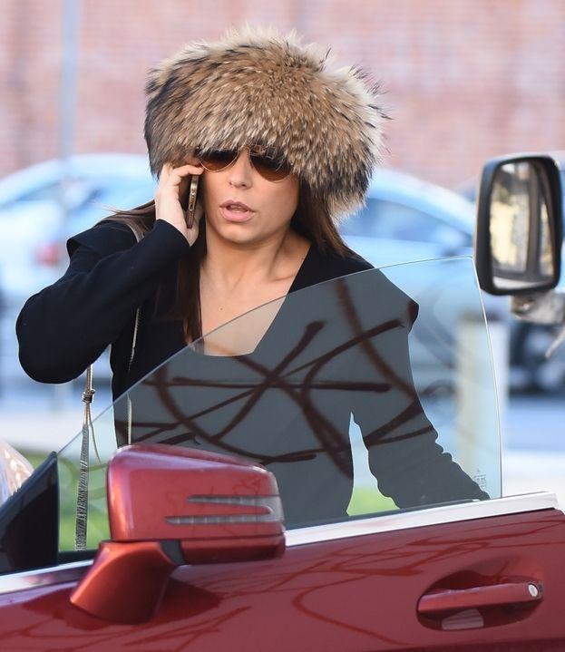 Anna Mucha w futrzanej czapce marki Gena