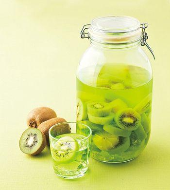 キウイ酒 材料:キウイ、レモン、焼酎、氷砂糖 期間:3ヵ月くらい 注意:2ヵ月でレモンを、3ヵ月でキウイを取り出す
