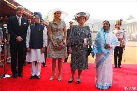 New Delhi, 24 oktober 2007: De President van India mevrouw Pratibha Patil verwelkomt de Koningin bij het Presidentieel Paleis, Rashtrapati Bahvan. V.l.nr. Prins van Oranje, premier Singh, Prinses Máxima, de Koningin en de President van India