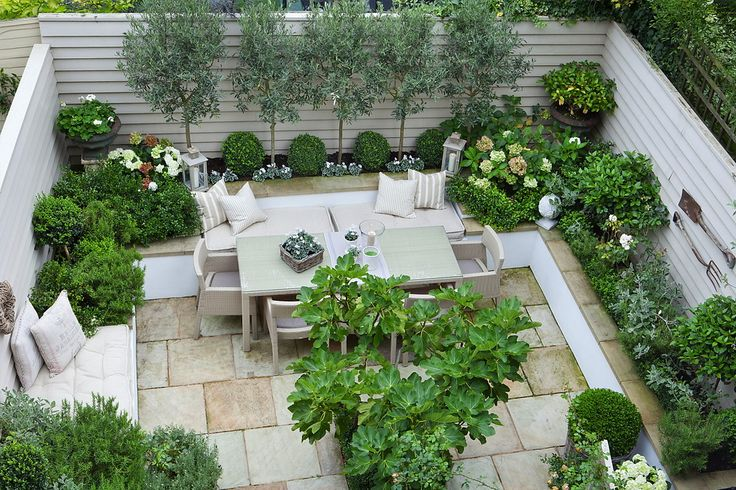absolutely love this enclosed courtyard.  Click through to the blog to find more images!