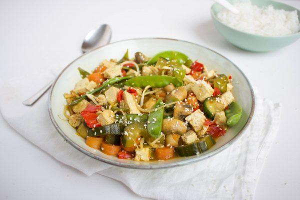 Deze vegetarische Tjap Tjoy is een Aziatisch gerecht dat bestaat uit gewokte gemengde groenten met tofu. Het recept vind je hier!