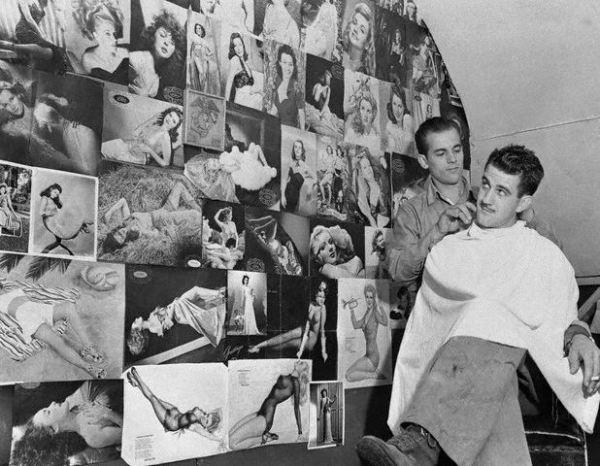 Con il termine di pin-up si indicano generalmente le ragazze fotografate in costume da bagno le cui immagini, durante il secondo conflitto mondiale, iniziarono a diffondersi su molte riviste settimanali degli Stati Uniti. Si registrò un incredibile successo fra i soldati impegnati al fronte, che usavano appendere le fotografie di queste ragazze nei loro armadietti o nelle loro tende di accampamento. _www.tommyholiday.it