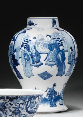 Vase balustre en porcelaine bleu blanc Chine, dynastie Qing, époque Kangxi (1662-1722) - Sotheby's