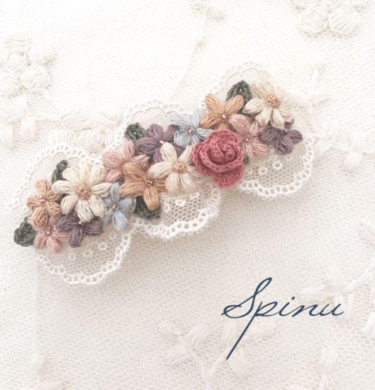 刺繍糸1本取りで手編みしたお花を使って、バレッタを作りました。ふんわり優しい気持ちなれますように。そんな気持ちを込めて制作しています。サイズ 7cm素材刺繍糸 コットン100金属部分 メッキ