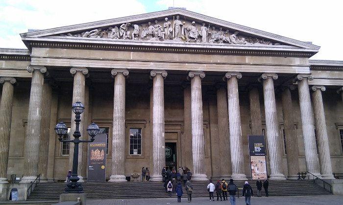 Come visitare il British Museum, Londra.  Trovare la propria strada all'interno del British Museum non è facile, anche con la mappa ufficiale utilmente dettagliata che si dovrebbe prendere immediatamente. L'ingresso è gratuito per il museo e le sue collezioni principali, anche se è necessario pagare per visitare le mostre temporanee. Per evitare le lunghe code all'ingresso principale si può optare per l'utilizzo dell'ingresso posteriore in Montague Street. Ci sarà comunque da passare…