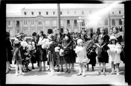 [Grupo de mujeres en la Plaza de Bolívar (Bogotá, Colombia)] | banrepcultural.org