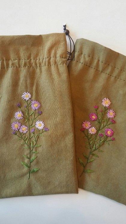과꽃은 가을에 피죠? 온갖 화사한 꽃들이 만발하는 봄에 우리 공방 넘버투 언니께서 스트링 파우치에 과꽃...