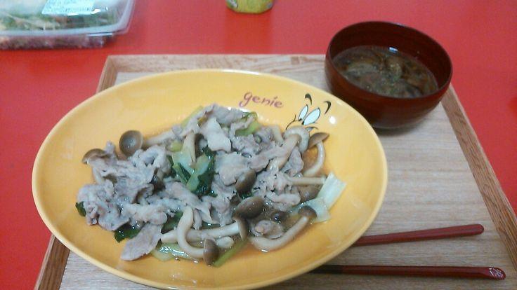 豚肉としめじと小松菜の炒めもの オニオンスープ