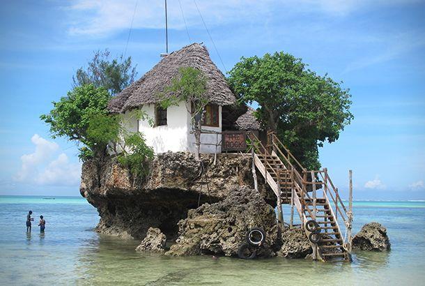 タンザニアのザンジバル海岸沖、インド洋の中に位置する小さな岩島に、そのレストランはあります。「The Rock Restaura... 「レストラン島」で思い出に残る食事をしてみたい | roomie(ルーミー) - http://www.roomie.jp/2014/04/156968/