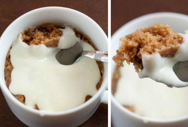 Яблочный кекс с корицей  Ингредиенты:      3 ст. л. муки;     1 ст. л. сахара;     щепотка корицы;     щепотка разрыхлителя;     1 ст. л. яблочного пюре;     1/2 ст. л. растительного масла;     1/2 ст. л. молока;     щепотка ванилина.  Для приготовления глазури:      1 ст. л. сливочного сыра;     2 ст. л. сахарной пудры;     1 ч. л. молока.  Способ приготовления:  Сначала тебе понадобится приготовить глазурь. Для этого просто смешай вилкой все ингредиенты для ее приготовления до образования…