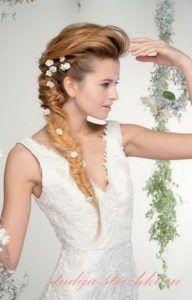 Женская свадебная прическа с косой на бок