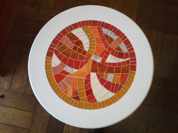Una moderna mesa lacada con teselas vidriadas y azulejos esmaltados !