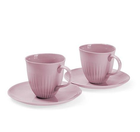 Zwei handgefertigte Tassen mit Untertassen aus eingefärbtem, rosa Limoges-Porzellan, innen glasiert, außen matt –- jetzt bei Servus am Marktplatz kaufen.