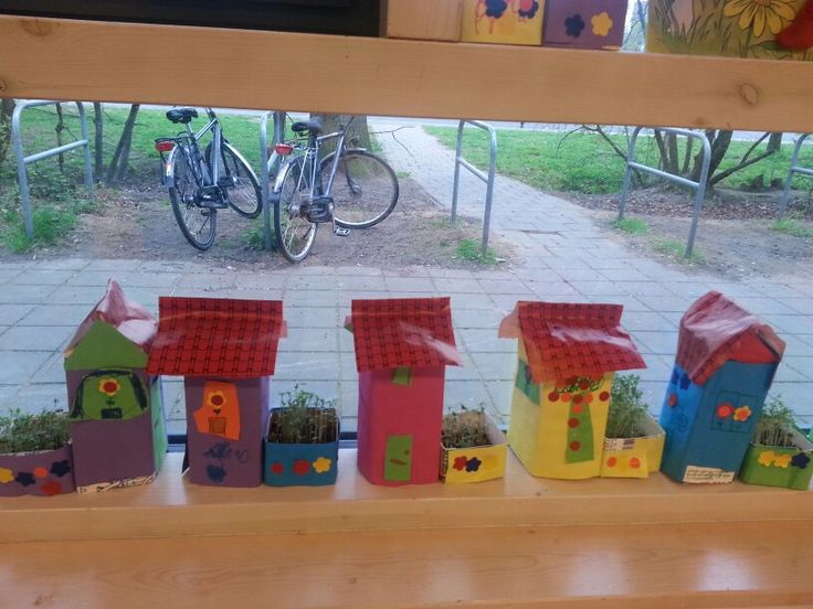 "Huisjes van melkpakken en tuintjes met tuinkers! ... I think this must mean something like ""make some little houses with little gardens."" We could use recyclables and sprouts seeds."