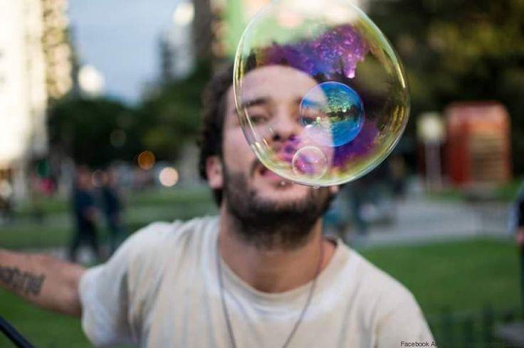Buongiorno a tutti mie cari amici positivi vi racconto la storia di un ragazzo che regala felicità in giro per il mondo attraverso le sue bolle di sapone.