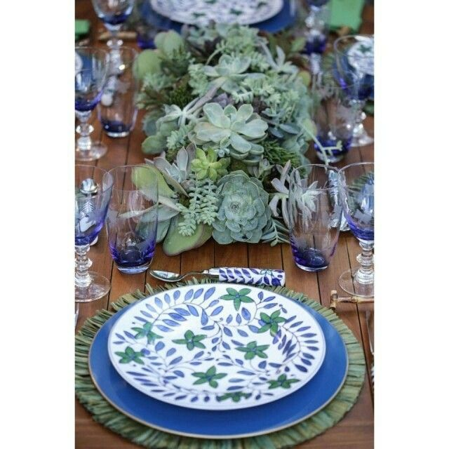 """""""Nossas queridas amigas do Vamos Receber (@vamosreceber) tiveram uma ideia incrível: montaram uma linda mesa para um almoço no jardim cujo centro era um…"""""""