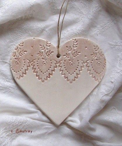 Toujours en idée cadeau pour la fête des mères, je propose aujourd'hui deux grands coeurs céramique à suspendre. Des dentelles très anciennes ont laissé leurs empreintes dans la faïence. L'effet de texture de la surface est mis en relief par une couleur...
