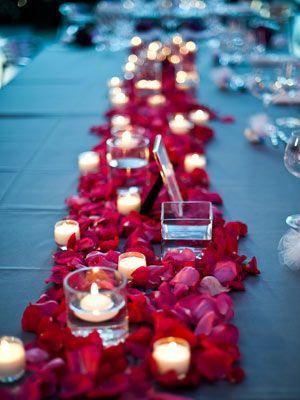 Vases et photophore posés en succession comme centre de table de mariage - Tendance Boutik