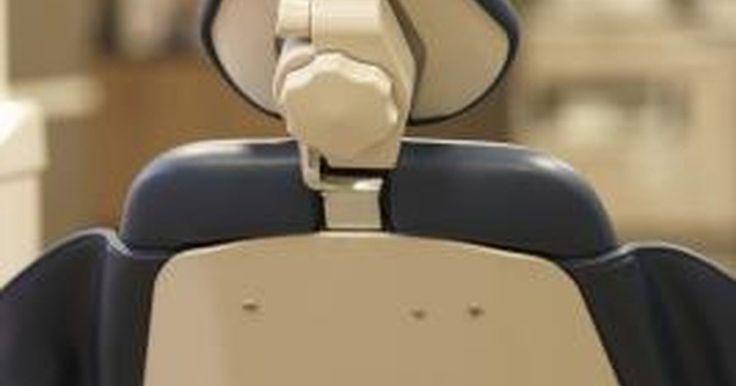 Cómo conseguir extraer las muelas del juicio de forma barata. Para las personas sin seguro dental, sacarse una muela del juicio puede costar aproximadamente US$100 para una extracción simple y hasta US$500 para una extracción complicada, de acuerdo con animación-teeth.com de abril 2011. En algunos casos, el costo puede ser mayor si los medicamentos recetados, los rayos X u otras pruebas son necesarias. Para ...