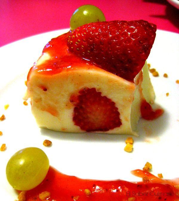 Tarta de yogur rellena de fresas sin horno | Receta fácil en vídeo