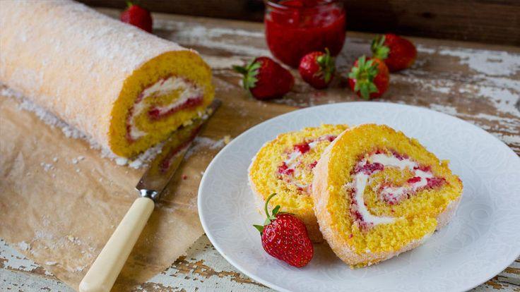 Rullekake med rørte jordbær og pisket krem
