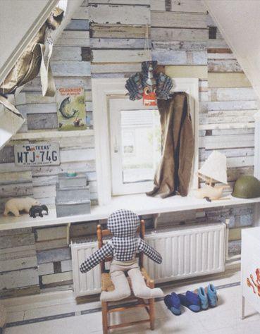 De Bibelotte kamer van Lucas. Met oa. Sloophout behang Studio Ditte en knuffelpop Wouter van Bibelotte.