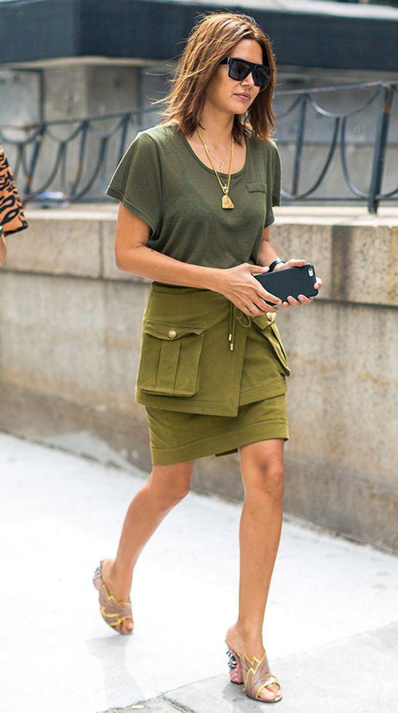 camiseta e minissaia verde militar