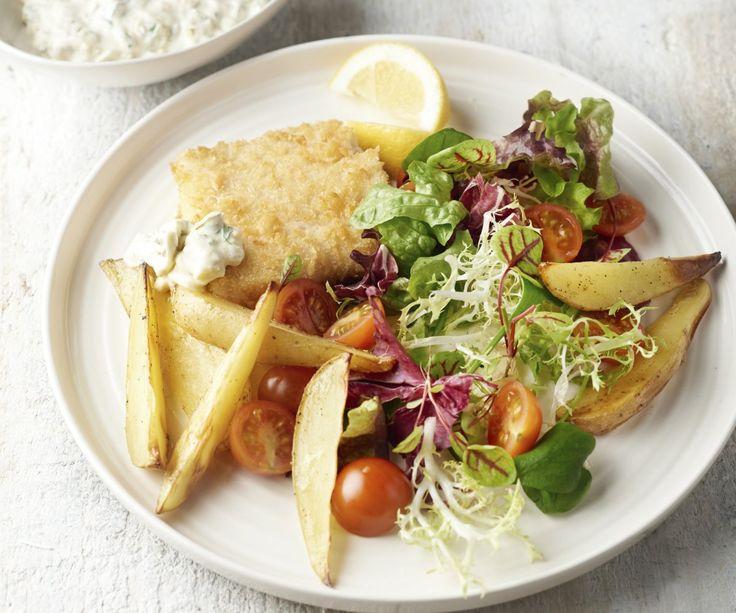 """Pesce impanato con salsa tartara e spicchi di patate - Il merluzzo nero è un ottimo pesce di mare, perfetto per realizzare questi filetti deliziosamente croccanti. Questa è la versione più sana del classico piatto britannico """"fish & chips"""": non usiamo la friggitrice e serviamo il nostro piatto accompagnato da una gustosa insalata fresca con salsa tartara fatta in casa. Buon appetito!"""