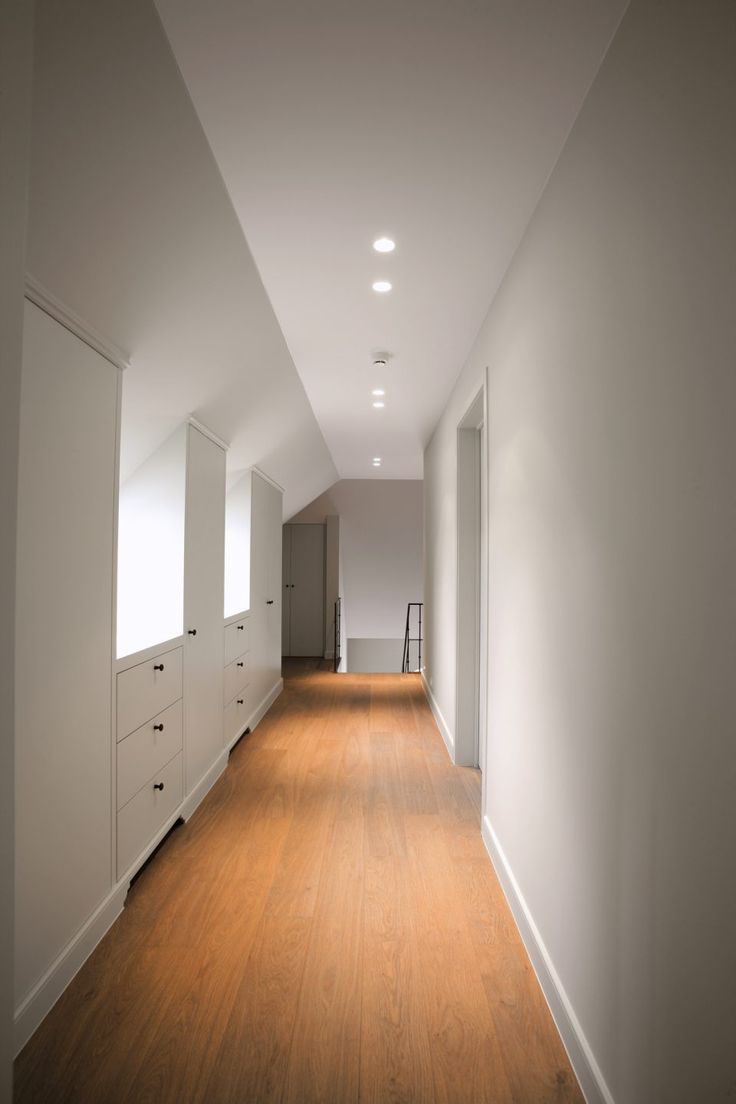 Hal met witte muren en inbouwkasten