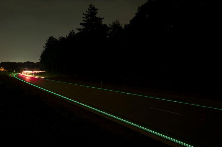 """Leuchtende Seitenstreifen: Auf einem Abschnitt der N329 nach der Stadt Oss hat Roosegaarde Elemente seines """"Smart Highways"""" umgesetzt."""
