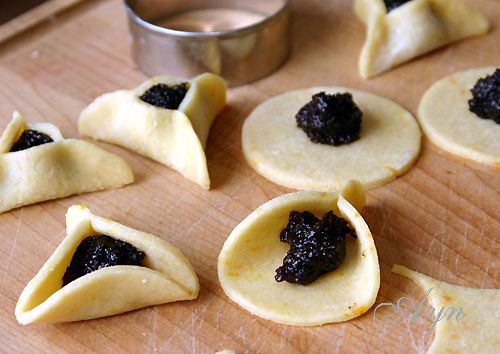 Это печенье традиционно выпекают на еврейский праздник Пурим. Тесто может быть песочным или дрожжевым. Начинки тоже можно использовать разные, но маковая начинка является традиционной. на 50 печени…