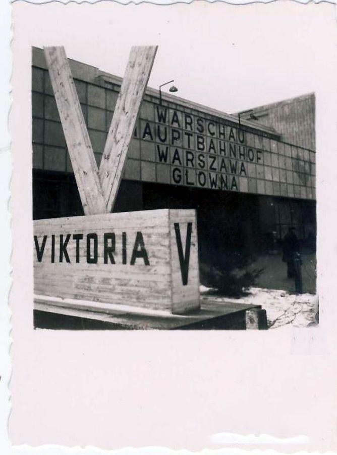 Victoria przed wejściem głównym do Dworca głównego.