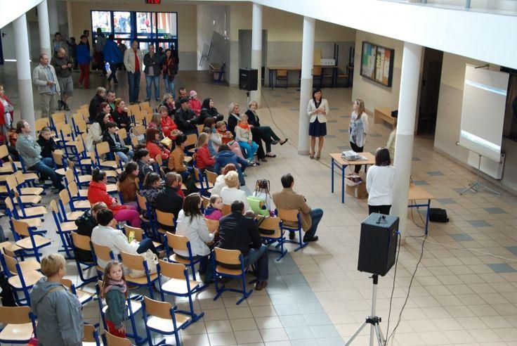 """Festiwal 2.0 w Gimnazjum w Sierakowie odbył się razem ze szkolnym festynem. Pani Agnieszka Sęk opisała jego przebieg. """"Podczas trwania festiwalu przypominaliśmy jak ważny jest dla nas wspólnie wypracowany Kodeks 2.0. Wszystkie jego punkty udaje nam się stosować w praktyce i tym też chwaliliśmy się gościom ze szkół podstawowych."""" Brawo! http://szkolazklasa2012.ceo.nq.pl/dokument_widok?id=10109"""