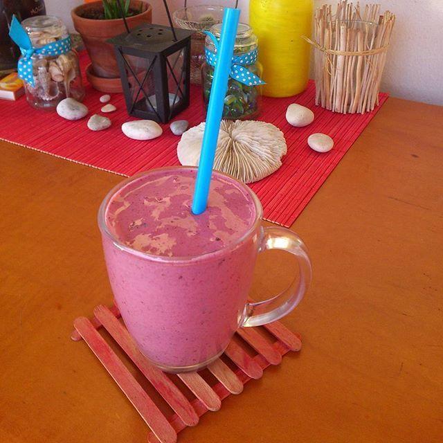 Αυτά τα πρωινά στο μπαλκόνι!  #smoothie #banana #redfruits #chia #κάτι_νόστιμο