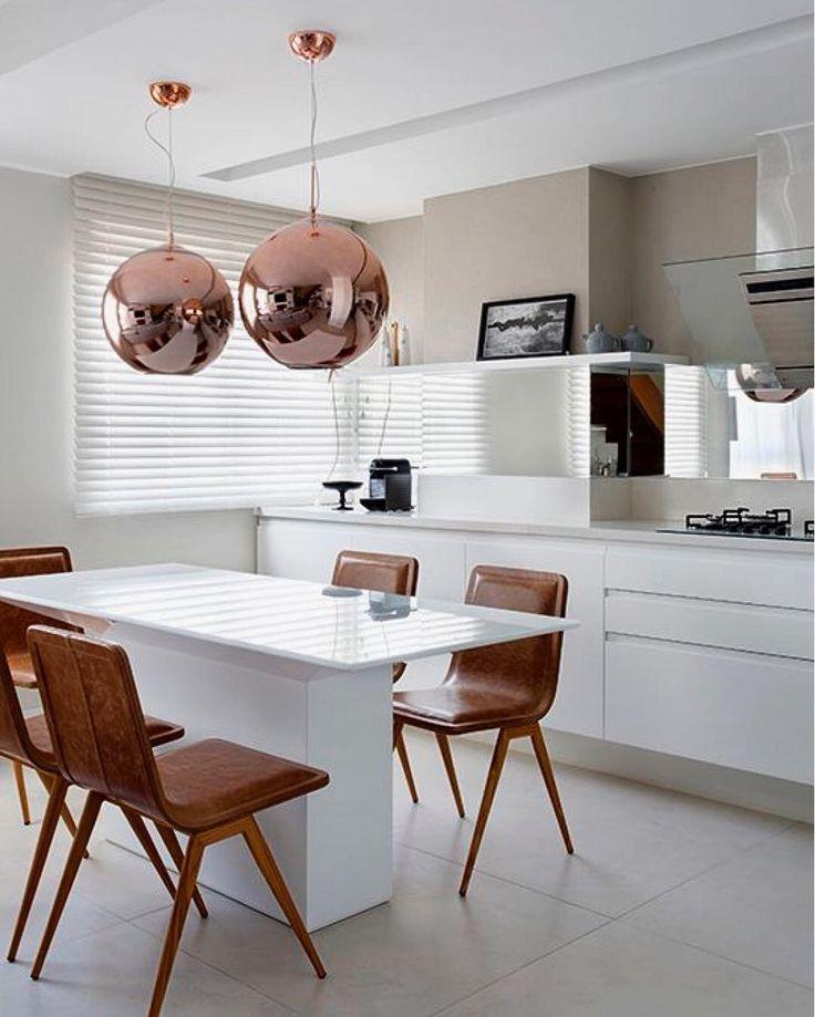 Cozinha gourmet em super nano na bancada e mesa em laca branca com vidro pintado branco. Os pendentes em vidro bronze são uma super Tendência.