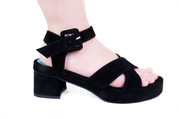 Sepatu sandal straps silang berbahan velvet dengan chunky heel yang sedang tren. Desain yang klasik cocok dikenakan untuk menemani Anda ke acara semi formal, #Heels #Wanita