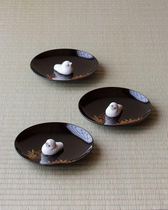 菓=都鳥/奈良屋(岐阜) 器=桜川蒔絵銘々皿 美濃屋作 明治時代