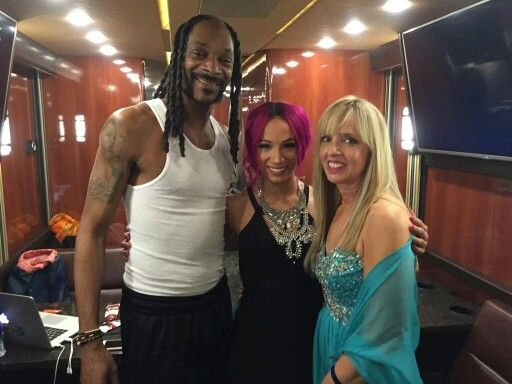 WWE Diva Sasha Banks (Mercedes Kaestner-Varnado) with her mother and her cousin Snoop Dogg before the 2016 WWE Hall of Fame ceremony. Snoop Dogg was inducted into the celebrity wing of the WWE Hall of Fame.