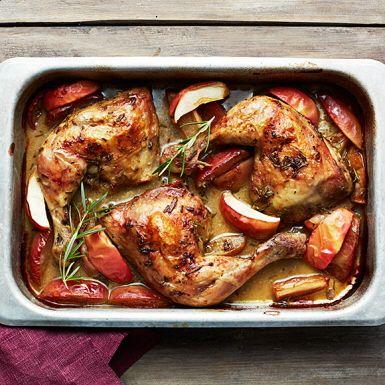 Allt i ett-rätter, finns det något smidigare? Den här kycklingen med äpple och rosmarin är superenkel att laga, och sköter sig själv i ugnen. Genom att allt tillagas i samma form blir det också extra gott, då alla smaker drar nytta av varandra.
