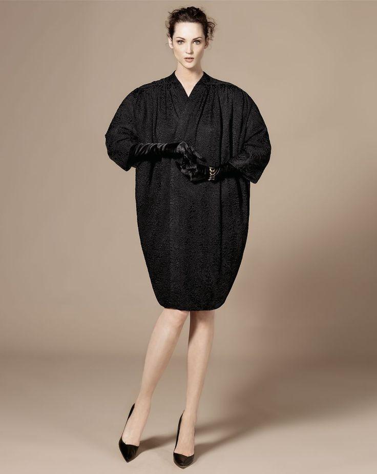 Carla Crombie, con abrigo de seda de alta costura de Cristóbal Balenciaga, año 1947. Pulsera de metal dorado de Yves Saint Laurent, pendient...