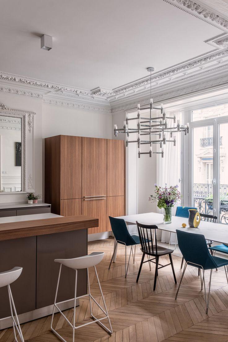 Salon haussmannien, parquet point de Hongrie, moulure au plafond, décoration moderne