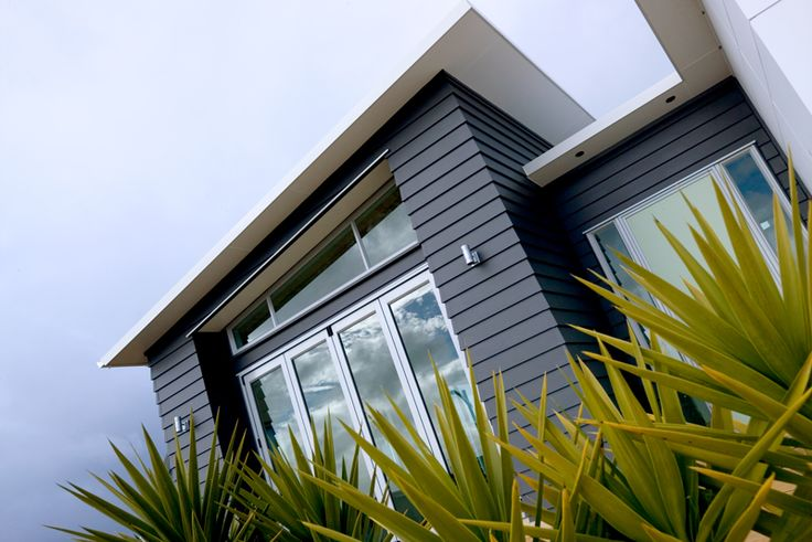 James Hardie Eclipsa™ Eaves Lining paired with Linea Weatherboard #linea #weatherboard #jameshardie #moderneaves