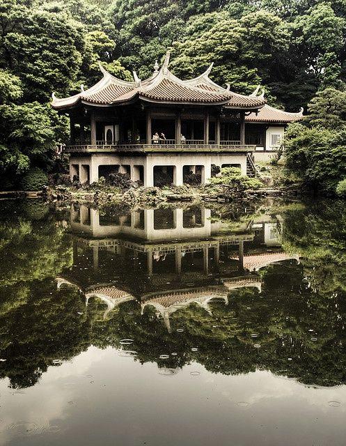 Shinjyuku Gyoen, Tokyo, Japan. Shinjuku Gyoen National Garden (新宿御苑, Shinjuku Gyoen) is a large park with an eminent garden in Shinjuku and Shibuya, Tokyo, Japan