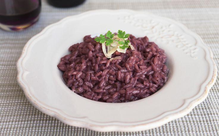 Il risotto al Teroldego è un primo piatto tipico del Trentino Alto Adige che prende il nome dal vino utilizzato per aromatizzare la preparazione.