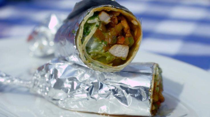 Bij de Mexicaan zijn fajitas waarschijnlijk het populairste gerecht. Fajitas zijn uiteindelijk niet meer dan kruidige gebakken reepjes vlees uit de Tex-Mex keuken. Ze worden bereid van varkensvlees, rundvlees of kip en geserveerd in malse tortillavellen.Jeroen vul de opgerolde tortilla's met reepjes gebakken spiering, kleurrijke paprika's, ui, guacamole en wat zure room. Ze zijn klaar in Speedy Gonzales-tijd en je kan ze perfect uit het vuistje eten.